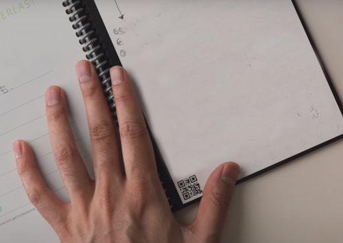 effacer l'encre avec un chiffon humide cahier réutilisable Rocketbook Everlast